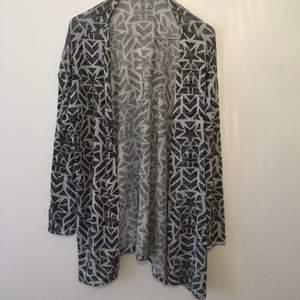 Kofta mönstrad svart grå från divided använd 1 gång