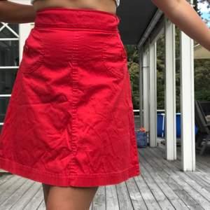 Söt, röd kjol som mamma hade när hon var liten :) Gammal men fortfarande i väldigt bra skick. Stängs med dragkedja och knapp på sidan. Står ingen storlek men skulle gissa på L. Frakt: 21kr