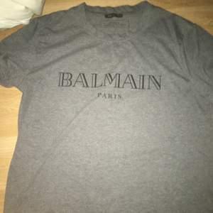 Balmain t shirt 3000kr ny storlek M
