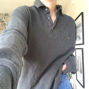 En mörkgrön långärmad mysig tröja, piké typ. Jag är s och den är lite oversized på mig. Secondhand köpt:) perfekt skick men använd!