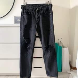 Jättefina boyfriend jeans från hm, säljer för 90 kr + frakt. Säljer då dessa inte kommer till användning längre men sitter så fint på kroppen och hänger fint på skorna⚡️🧚♀️🦋