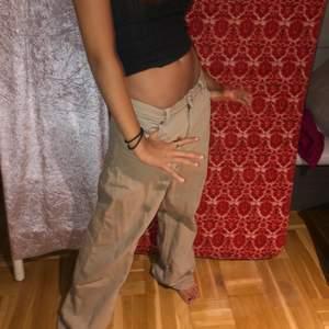 Beiga yoko jeans, fint skick, nästan helt oanvända! Långa i benen, modellen är 168cm