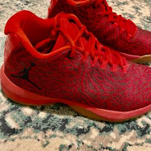 Basketskor som är använda ett halvår, mycket bra skor. Ordinarie pris 1200. Säljer dessa pga att ja köpt nya skor. Priset kan diskuteras ! Kan mötas upp i Göteborg men även skickas, frakt ingår.