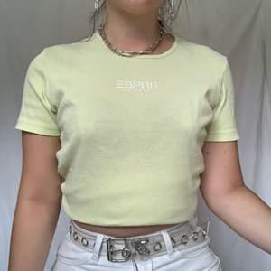 Sötaste ljusgula t-shirten som passar perfekt. Skitsnygg om man väljer att klippa av den eller nerstoppad i höga byxor. Köparen står för frakt 44kr frimärken, 63kr spårbar❤️