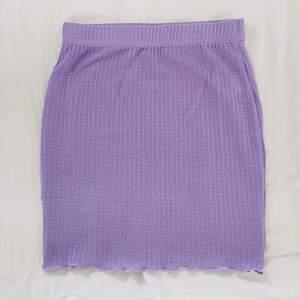 Jättefin helt ny lila kjol från Shein! Kommer i orginalförpackning. Säljer för att den är lite liten för mig, endast testad. Säljer för 50 kr + frakt💕 Första och sista bilden är min den andra är från hemsidan.