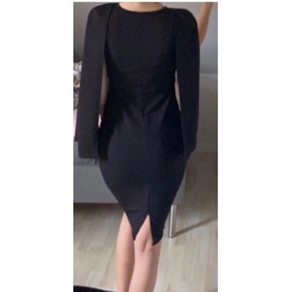 Elegant klänning från boohoo i storlek 36✨  Aldrig använd✨  Jag är 173 cm✨ frakt 52 kr📦. Klänningar.