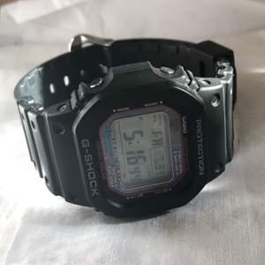 Cool och praktisk klocka som laddar sig själv i ljus. Den är justerbar och skulle passa de flesta handleder. Knappt använd så är i nyskick! Köpt för 1900, därav priset. Frakt ingår!
