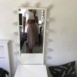 Denna super gulliga kjol jag aldrig använder men jag önska att jag gjorde de säljer jag för 150;-🦋