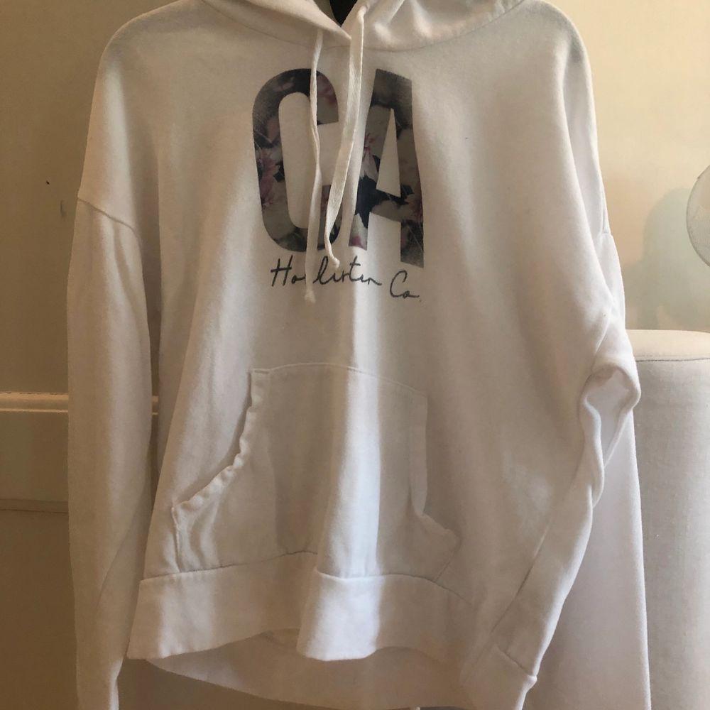Vit  hoodie från Hollister. Säljer för att den inte kommer till användning. . Huvtröjor & Träningströjor.