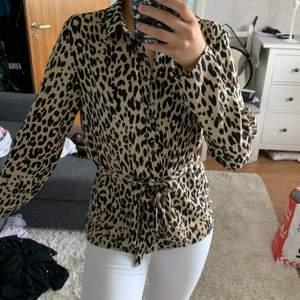 Super fin leopard blus från gina tricot, i storlek 34 använd fåtal gånger men e som ny, Vid yttligare frågor bara att kontakta mig❣️ frakten ingår i priset😊