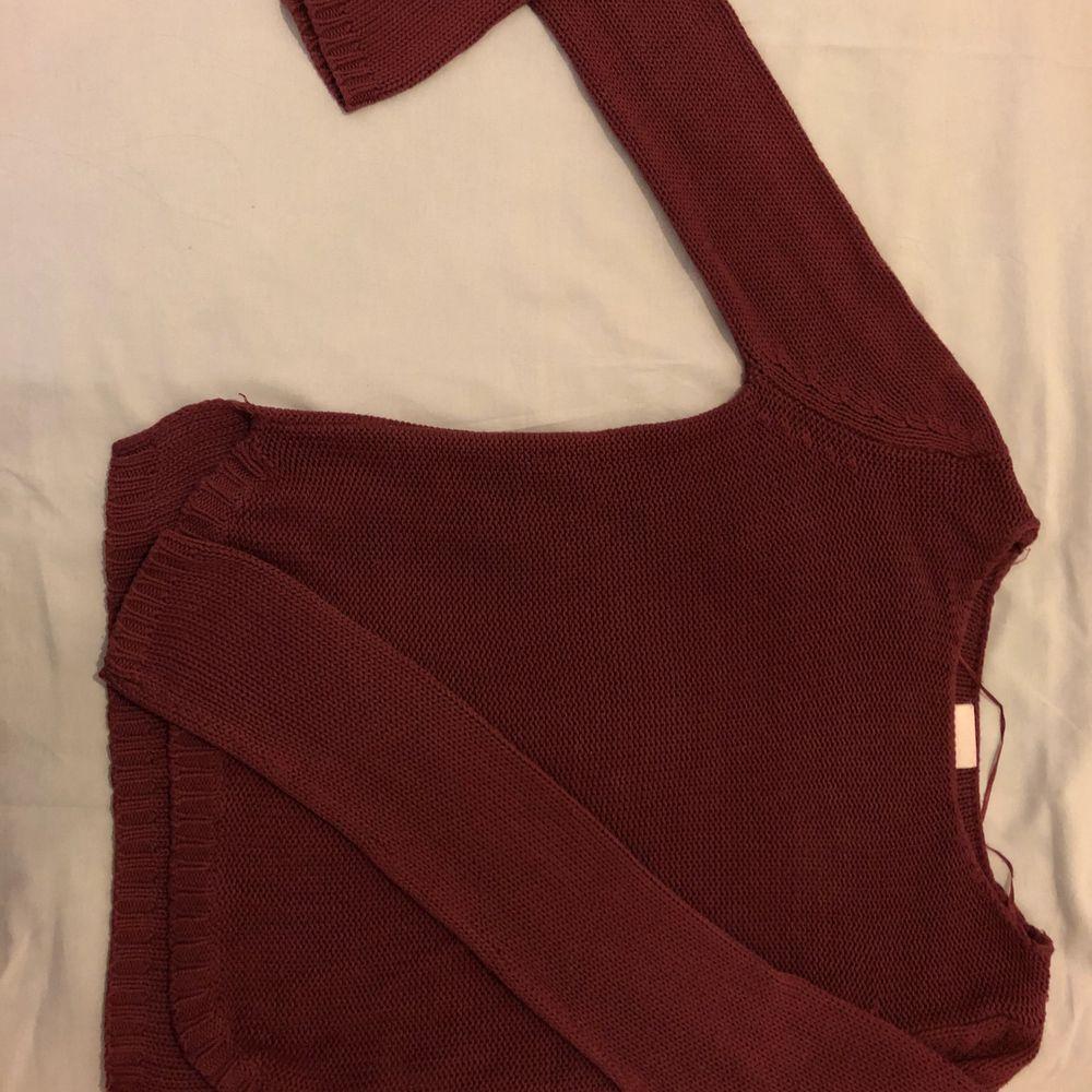 vinröd tröja från Vila. En basic stickad tröja är ett måste till garderoben, passar jättebra till jeans. Jag bär S och tröjan sitter löst på mig. Köpte den för 200kr💕 Köparen står för frakt 🚚 ❤️. Stickat.
