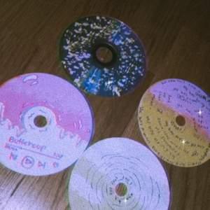 Aesthetic CD skivor skriv för hur mycket ni skulle köpa de för själv målade💕