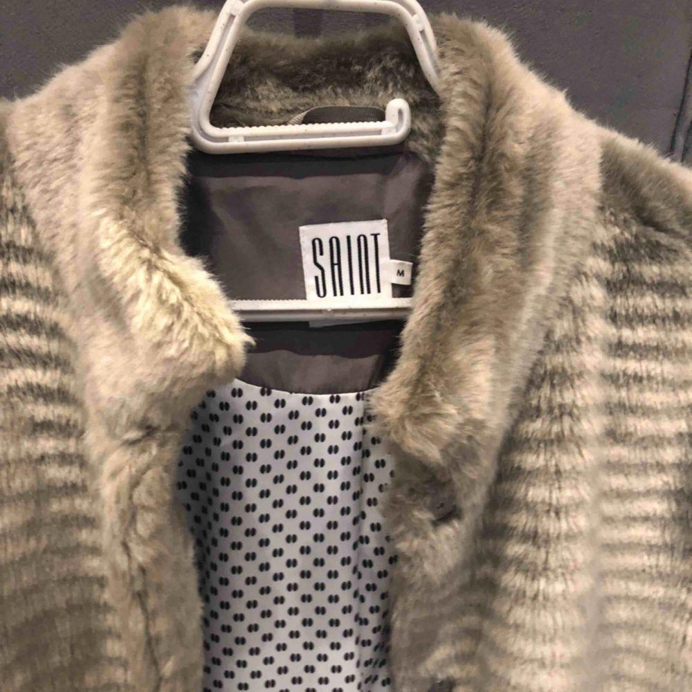 Jätte fin skick jackan som köptes förra året på Salt affär av min man . Jackan har ingen användning, därför säljer jag. Kram. Jackor.