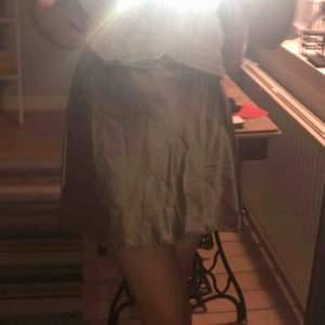 Superfin siden kjol från Chiquelle. 🥰 Aldrig använd. Jag är 168 cm. Ny pris 400kr