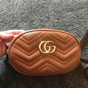 A kopia Gucci väska som man använda både som axelväska och midjeväska