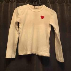 En vit långärmad tröja ifrån Comme des Garcons i storlek Xs men är liten i storleken. Väldigt fin tröja men är tyvärr lite liten för mig. ❤️