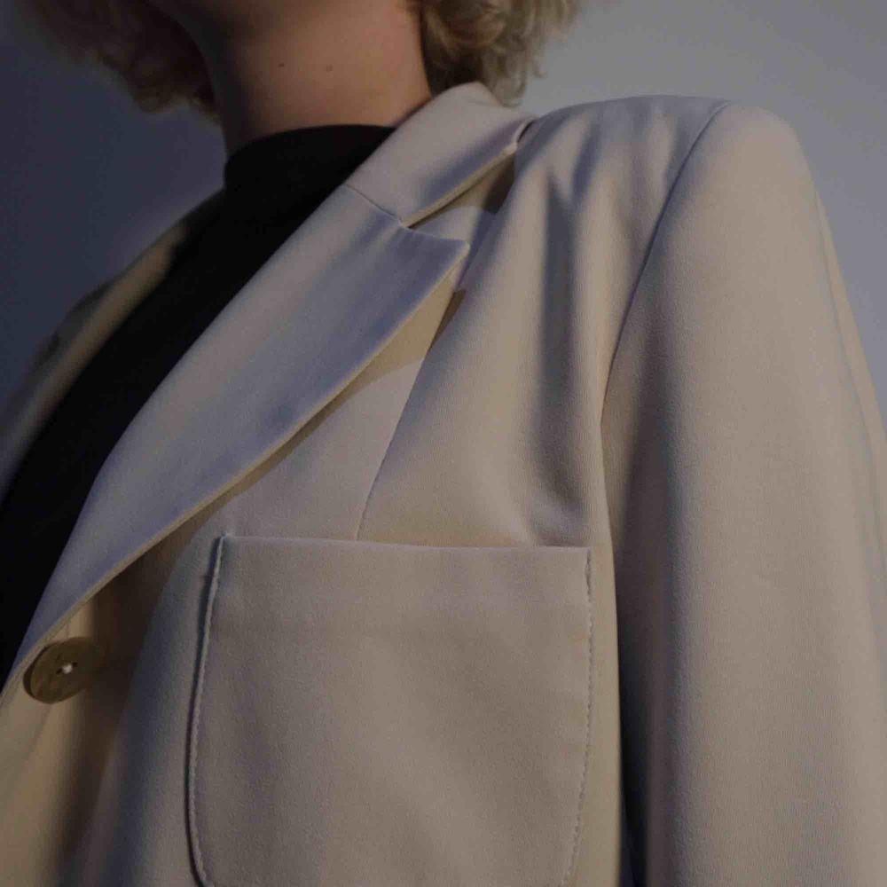 Beige kavaj från märket Mari Philippe. Passar något oversized på storlek S/M. Snygga detaljer och väldigt fin kvalité. . Jackor.