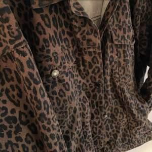 Jeansjacka i leopardmönster från Monki. Köpte för 500kr och använd några fåtal gånger. Finns i Stockholm för att mötas upp, om du vill ha den skickad så står du för frakten!✨
