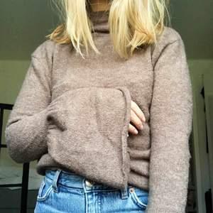 """Varm stickad tröja från NA-KD med volang-ärmar och lite """"turtleneck"""". Kan mötas upp i Göteborg eller skicka mot att köparen står för frakten."""