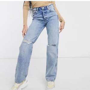 Säljer dessa sjukt snygga och trendiga jeansen från other stories! Frakt ingår ej i priset, buda!
