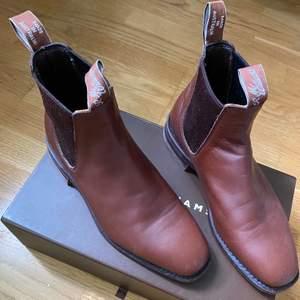 Ett par väldigt sparsamt använda skor av märke R.M Williams. Mycket fint skick. Storlek 39. Kan mötas upp i Göteborg, eller så står köparen för frakt! Rimliga priser går att diskutera!