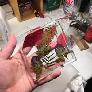 Hemgjord askkopp gjord av epoxyplast (resin) med egen plockade och pressade löv och blommor samt glitter!