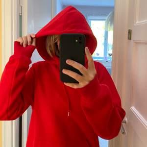 Säljer den här fina röda hoodien som är i storlek M. Fint skick och nästan aldrig använd⚡️ Kontakta mig om du är intresserad!