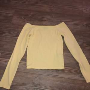 En långärmad gul tröja från gina tricot. Väldigt fin och somrig gul. Den har väldigt bred urringning och är på gränsen till lite off shoulder! Den är i storlek Xs. Säljer den för 50kr då jag köpte den för ganska mycket och är helt oanvänd!✨💗köparen står för frakten
