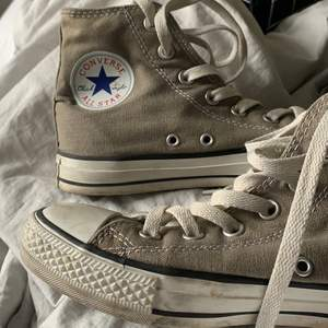 Gråa Converse i storlek 37. Lägger startbud på 200kr+frakt, kan även med dessa sälja för annat pris!