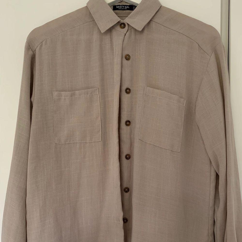 Beige/brun skjorta från Nasty Gal använd fåtal gånger. . Skjortor.