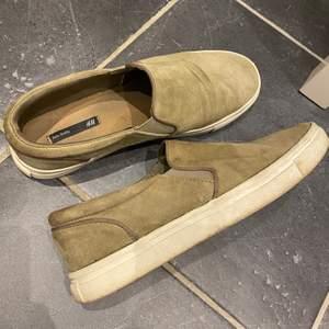 Skor från HM i grönt mocka imitation. Storlek 39, 50:-