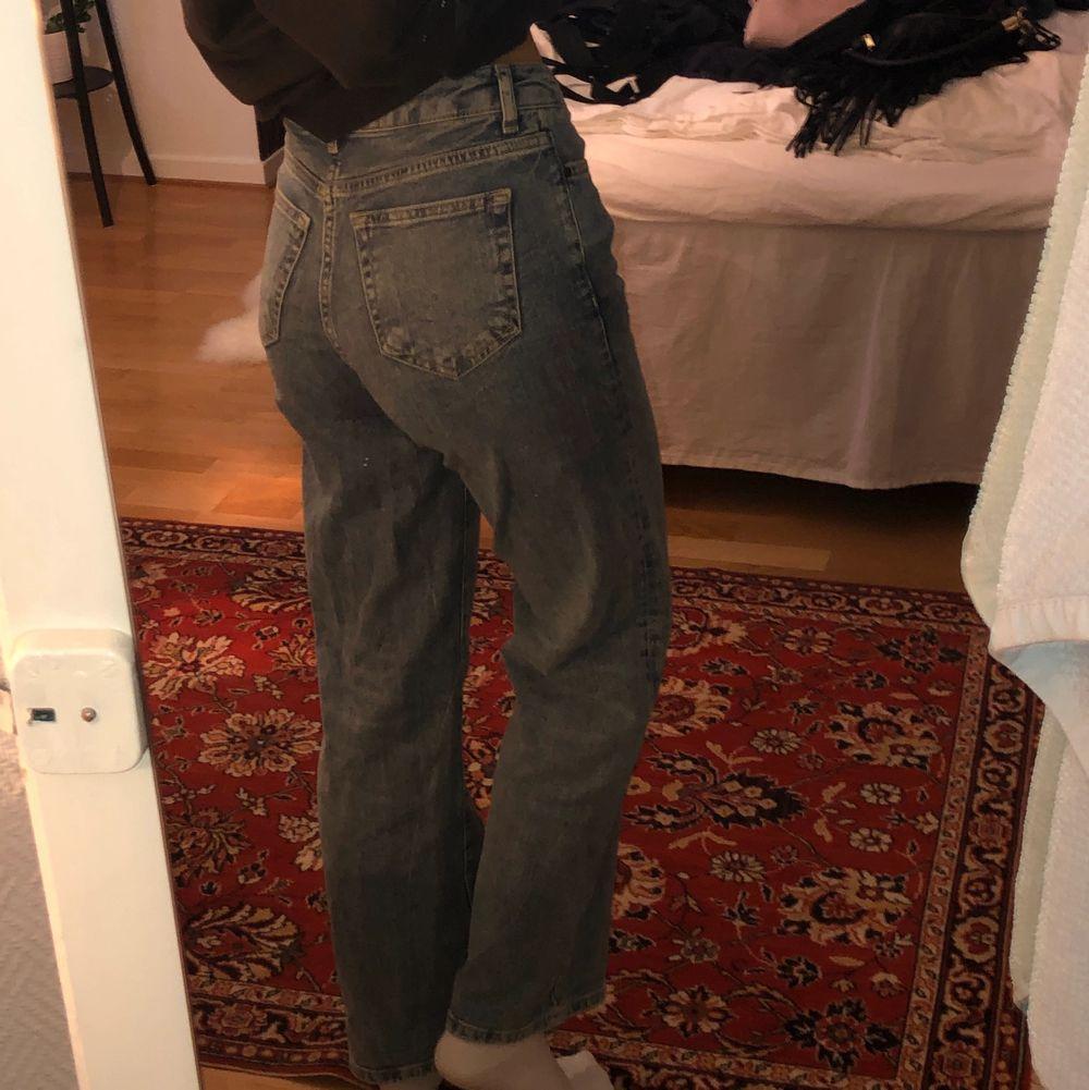 Köpta på bikbok. Medelhöga i midjan + går över skorna. Knappar i fram i gylfen, inga defekter på plagget. Färgen är perfekt blå. Jag är 165cm lång. Hör av er för frågor eller om ni vill ha fler bilder❤️. Jeans & Byxor.