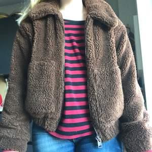Supermysig Teddy jacka från Urban outfitters i denna fina bruna färg. Använder tyvärr inte längre. Storlek M💓💓