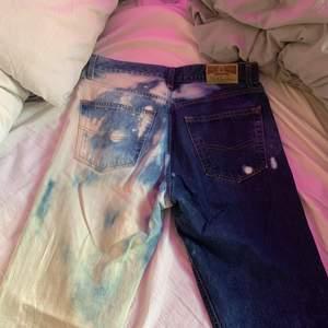 skiiiiitsnygga blekta jeans!! sitter jättebra och är supersköna! skriv för fler bilder eller frågor:) spårbar frakt: 63kr😋