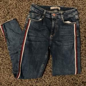Jeans med rand på sidan. Aldrig använda, endast borttagen prislapp.