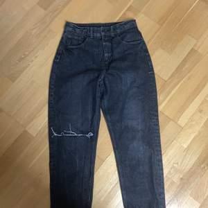 Cheap monday mom jeans köpta för 600kr. Säljer för att dom inte blivit använda alls för att dom är för korta på mig.