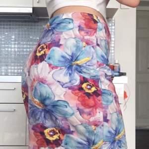 Blommig och färgglad kjol! Perfekt för nästa sommar eller för semester i varmare plats! 130kr+Frakt! 🌼🌸🌺