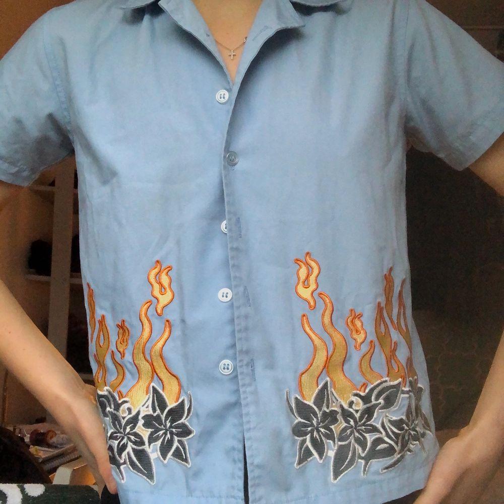 Så himla ball o cool skjorta som är köpt secondhand. Är en större barnstolek men passar en xs, tajt över armarna! Älskar det unika trycket men använder den aldrig🥺 Möts upp i Sthlm elr så står köparen för frakten:) . Skjortor.