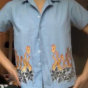 Så himla ball o cool skjorta som är köpt secondhand. Är en större barnstolek men passar en xs, tajt över armarna! Älskar det unika trycket men använder den aldrig🥺 Möts upp i Sthlm elr så står köparen för frakten:)