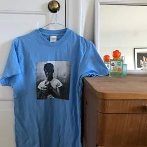 Cool Tshirt av streetstyle-märket Noon Goons i bra skick. Tshirten har en bild av Chet Baker! Nypris ca 700kr, tshirten är slutsåld på internet.