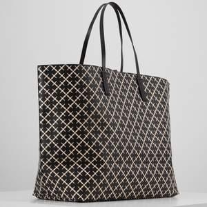 Säljer nu en Marlene Birger väska i bra skick. Köpt för 2999 kr ny och har en liten fläck i botten på väskan som man säkerligen kan få bort med något medel. I övrigt är väskan i väldigt fint skick. Dm:a mig för mer bilder.