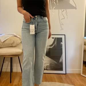 Helt nya Zara jeans (petite) i ljusblå denim. Straight/mom fit. Väldigt snygga men för tighta på mig och returtiden hade gått så tänkte ifall någon annan är i behov av nya fräscha jeans. Endast provade vid 2 tillfällen och alla lappar är kvar
