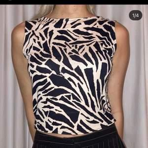 handsydd zebra topp sydd utav en begagnad klänning!🦓😍 (finns även en matchande kjol att köpa) modellen är en XS och är 165cm