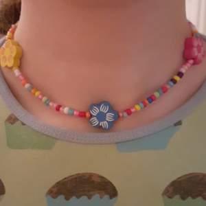 4 st jättefina halsband med matchande armband med olika motiv, en med fjärilar, en med nyckelpigor, en med hjärtan och en med blommor. 10kr styck eller 35kr för alla 4