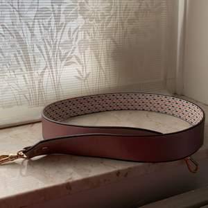 Hej! Säljer denna fina axelrem. Köpt från Zalando😊En rem som du kan uppdatera din väska med så känns väska som ny igen. Passar på alla väskor