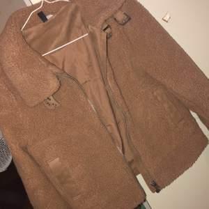 En varm beige Teddy jacka i strl XS. Köpt för 300kr säljer för 150kr. Helt oanvänd.