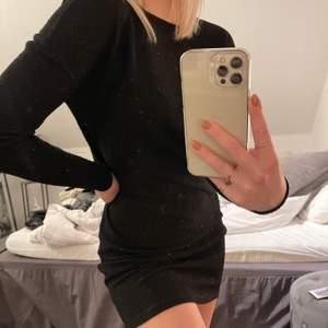Superfin svart glittrig klänning som är perfekt till nyår. Sitter tajt på kroppen och har en urringning i ryggen. Använd 1 gång och är en storlek XS. Säljer för 150kr+66 kr frakt💓🦋🥰