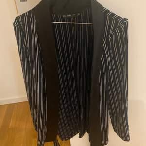 Fin tröja som man knyter från Zara! Kan ha den antigen Knäppt som på bilden eller öppen med tröja under.