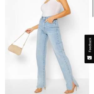 Helt oanvända blåa jeans köpta på Boohoo. Dem är tyvärr alldeles för långa för mig, är 164. Storlek S. Frakt 63kr. Skriv om ni har frågor🥰