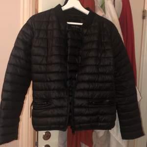Säljer den här svarta jackan då den inte kommer till användning och passar perfekt till våren, frakt tillkommer❤️